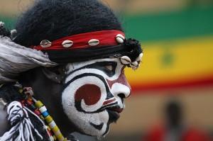 image002ridotta-attore della cerimonia del faux lion-Senegal